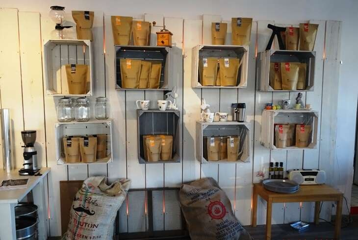 Regal mit den verschiedenen Kaffeesorten